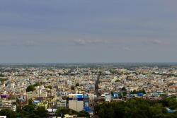Pohled na městoTiruččiráppalli, čtvrtou největší metropoli v indickém svazovém státě Tamilnádu, a nejbližší velkou aglomeraci od místa objevu fosilií druhuBruhathkayosaurus matleyi. V současnosti má rozlohu přes 167 kilometrů čtverečních a sídlí v něm téměř milion obyvatel.Kredit:IM3847; Wikipedie (CC BY-SA 4.0)