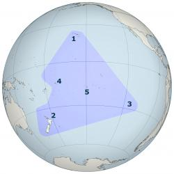 Polynéský trojúhelníknaglóbu. Rohy oblasti tvoříHavaj(1),Nový Zéland(2) aVelikonoční ostrov(3). Uvnitř trojúhelníku leží mimo jinéSamoa(4) neboTahiti(5).  V Polynésii žije na 6 milionů lidí, ztoho asi milion tvoří potomci původní obyvatel. Ti se nazývajíPolynésané. Jde o velmi zručnémořeplavce, kteří již vdávné době využívali účinné technikynavigace - astronomiia znalostmořských proudů. Kredit: Wikipedie. Volné dílo.