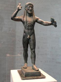 Zeus s bleskometem. Drobný bronz, rané(?) 6. století před n. l. Kredit: Wikimedia Commons.