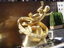 Pozlacený Prométheus střeží Rockefeller Center na Manhattanu z centra zodiaku od roku 1934. Kredit: Wikimedia Commons.