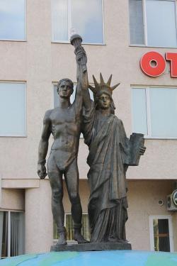 Prométheus se sochou svobody, Dněproděržinsk, Ukrajina, asi rané 21. století. Kredit: Wikimedia Commons.
