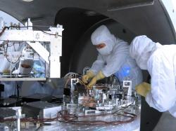 Práce na vylepšení zařízení, které je v části interferometru s vysokým vakuem (zdroj LIGO/Caltech/MIT/Matt Heintze).