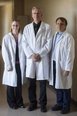 """""""Stvořiteli"""" do řemesla se nejvíce pletl genetický tým ve složení: Kristin Whitworth, z Division of Animal Sciences; Randall Prather, profesor živočišné genetiky, a Kevin Wells, docent na University of Missouri. (Kredit: Nic Benner/UM)"""