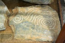 Kykladská skalní rytina, 3000-2300 před n. l. Archeologické muzeum v Apeiranthu na Naxu. Kredit: Zde, Wikimedia Commons.