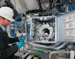 Příprava elektroniky zařízení pro detekci neutronů, které slouží k určování energie a dalších charakteristik neutronového pole z doby letu neutronů (zdroj LLNL).