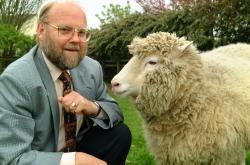 Ian Wilmut, nositel vyznamnání Golden Plate Award odAmerické akademie věd, nositel Řádu britského impéria (OBE), člen Královské společnosti (FRS).člen Akademie lékařských věd, člen Královské společnosti v Edinburghu. Povýšendošlechtického stavu (2008). Na snímku pózuje se svou Dolly. Jméno Dolly jí dal tým vědců, který se na tvorbě klonované ovečky podílel. Ovečka byla stvořena z buňky mléčné žlázy a nikdo si prý nedokázal vybavit působivější prsa, než jaká měla tehdy populárnízpěvačka Dolly Partonová. Kredit: University of Edinburgh.