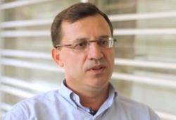 """José Angelo Barela, profesor na Institutu Rio Claro Bioscience Institute, hlavní řešitel projektu: """"Pomocí filtru lze schopnosti autistů spojené s čtením a porozuměním textu, do jisté míry zlepšit""""."""