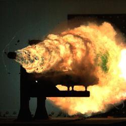Výstřel zrailgunu, váha projektilu 3,2 kg. Kredit: US Navy.
