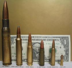 Pro představu. Střela kalibru .50 BMG zcela vlevo. Kredit: Richard C. Wysong II / Wikimedia Commons.