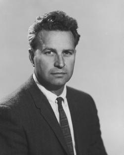 """Robert Sinclair Dietz (1914-1995) byl jedním z """"objevitelů"""" pravé impaktní povahy kráteru Manson. Tento americký geofyzik a oceánograf se proslavil jako badatel na poli impaktní vědy, vyvíjel metodiku diagnostiky velkých impaktů a jako první rozeznal impaktní původ například i u gigantické struktury Sudbury Basin v kanadském Ontariu. Kredit: University of California, Wikipedie (volné dílo)."""