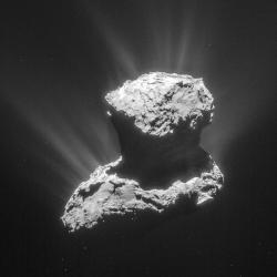 Kometa 67P / Churyumov-Gerasimenko. Tento záběr pořídila navigační kamera Rosetty 25. března 2015 ze vzdálenosti 86,6 km od kometárního jádra. O dva dny později, to již ze vzdálenosti 15 kilometrů, prováděly přístroje detekci kometární atmosféry. A právě vyhodnocení těchto dat nyní podalo jeden z nejdůležitějších důkazů přítomnosti aminokyseliny glycinu a fosforu v plynoprachovém ohonu opouštějícím jádro komety.