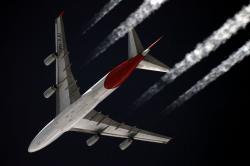 Boeing 747-400 společnosti Quantas, vy výšce 11 kilometrů. Kredit: Sergey Kustov / Wikimedia Commons.