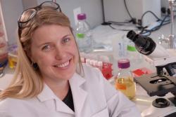 """Sara Sawyer, profesorka virologie, vedoucí BioFrontiers Institute, University of Colorado Boulder, spoluautorka studie: """"Pouhá dvě procenta osob jsou odpovědná za přenášení celých devadesáti procent nákaz virem COVID-19"""". Kredit foto: Sara Sawyer."""