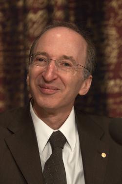 Saul Perlmutteramerickýastrofyzik. Nobelovu cenu za fyziku získal v roce2011 za objev zrychlujícího serozpínání vesmírupozorováním vzdálenýchsupernov. (Kredit: Holger Motzkau, Wikipedia cc-by-sa-3.0)