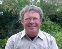 """David Albert Wardle, profesor lesní ekologie na Smithsonian vzdělávacím centru, působící na Technologické univerzitě Nanyang v Singapuru a jako hostující profesor na Švédské univerzitě zemědělských věd, Umeå. Jeho zásluhou se zbytky dřeva na spáleništích přestaly považovat za """"uchovatele uhlíku"""". Kredit: Academia Europaea."""