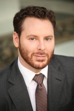 Sean Parker. Americký podnikatel narozený 3. prosince1979 ve Virginii.  Jmění nabyl jako spoluzakladatelem hudební peer-to-peer sítě Napster. Byl také prvním předsedou společnosti Facebook, při uvedení společnosti na burzu v ní držel podíl 3,9 %. Je členem představenstva společnosti Spotify. V loňském roce podle časopisu FORBES disponoval čistým jměním ve výši 2,5miliard USD.