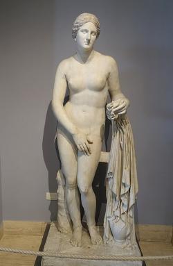 Afrodíté z Knidu, římská kopie. Vatikánská muzea. Kredit: Praxitelés via Daderot, Wikimedia Commons.