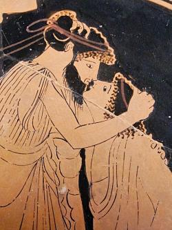 Muž líbá chlapce, podle popisu ovšem v rámci pederastie, ne homosexuality, 480 př. n. l. Louvre. Kredit: Kiss Briseis Painter via Marie-Lan Nguyen, Wikimedia Commons.