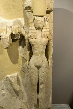 Nahá bohyně jako jedna z postav božské trojice, 8.–7. století př. n. l. Archeologické muzeum v Hérakliu na Krétě. Kredit: Zde, Wikimedia Commons.