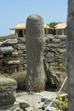 Dionýsův chrám na Délu s obřím kamenným falem uvnitř. Kredit: Zde, Wikimedia Commons.