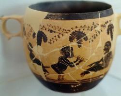 Gnómové na kabeirské keramice z okolí Théb, 430–400 př. n. l. Archeologické muzeum v Thébách. Kredit: Zde, Wikimedia Commons.