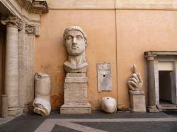 Torza kolosální sochy císaře Konstantina, 4. století n. l. Capitolini museum, Rome. Kredit: Alessio Damato, Wikimedia Commons.