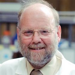 Sir Ian Wilmut. Jeho mladistvým přáním bylo stát se námořním důstojníkem. Kvůli své barvosleposti neprošel vstupními testy a cesty osudu jej zavedly na dráhu embryologa v Roslin Institute, University of Edinburgh. Kredit: Darwin College, Cambridge. CC BY-SA 4.0