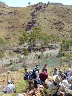 Skalní formace Apex Chert s vystupujícími granitovými bloky obklopenými uloženinami z období permu a křídy, patří k nejstarším a nejlépe zachovaným (nedeformovaným) horninám na Zemi. Ve zde nafocené lokalitě v roce 1982 američtí geologové získali vzorky, v nichž se jim podařilo odhalit a nyní údajně i obhájit, přítomnost nejstarších mikrofosilií. Snímek je z roku 2010, kdy se na místo nálezu vědci nostalgicky vrátili. Kredit:  John Valley, UW-Madison