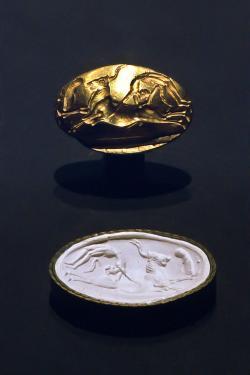 Skok přes býka na zlatém pečetním prstenu. Kréta, 1700 před n. l. Badisches Landesmuseum Karlsruhe – Výstava roku 2001. Kredit: Andree Stephan, Wikimedia Commons.