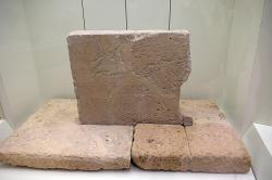 Rytina na náhrobku v Mykénách, 17. století před n. l., hrobový okruh B, hrob A. Archeologické muzeum v Mykénách. Kredit: Davide Mauro, Wikimedia Commons.