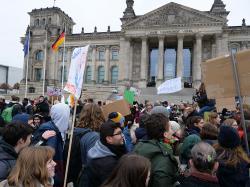 """Stávka studentů """"Climate Strike!"""". Berlín 14. prosince 2018. Kredit:  Leonhard Lenz, CC0. Wikipedia."""