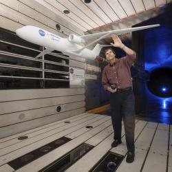 Greg Gatlin, letecký inženýr z NASA Langley Research Center testuje nový typ křídla ve větrném tunelu. Kredit: NASA