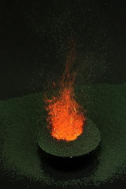 Exotermní rozklad dichromanu amonného nádherně imituje kuželovitý vzhled sopky, její erupci a sopečný popel pouze stékající láva chybí. Kredit: Rando Tuvikene wikimedia.org CC BY-SA 4.0