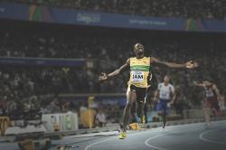 Současným světovým rekordmanem nejenom v bězích na 100 a 200 metrů a ve štafetě na 4 x 100 metrů, ale také v dosažené absolutní rychlosti je Jamajčan Usain Bolt, který v loňském roce ukončil svoji bohatou a úspěšnou profesionální kariéru. Dosažená rychlost 44,72 km/h (a v některých částech letové fáze běhu dokonce 47,56 km/h) je nejvyšší, jaká kdy byla u běžícího člověka zaznamenána. Kredit: Stephane Kempinaire, Wikipedie (CC BY 3.0)