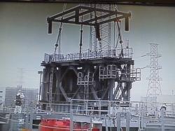 Spouštění ocelové konstrukce, která ponese zařízení pro manipulaci s palivovými soubory (zdroj TEPCO).
