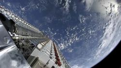 Satelity konstelace Starlink před vypuštěním. Kredit: SpaceX.