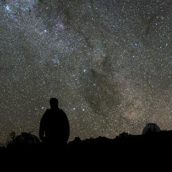 Vesmír je asi ve všech směrech stejný. Kredit: ESO/H. Dahle.