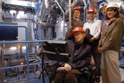 Stephen Hawking u experimentu ATLAS. To, že tento detektorový systém objeví mikroskopické černé díry, prokáže existenci Hawkingowa záření a pošle ho pro Nobelovu cenu, je sice nepravděpodobné, ale úplně vyloučené to není. (Zdroj CERN).