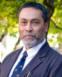 Subir Sarkar, vedoucí kverulantů zpochybňujících urychlování expanze vesmíru.  Jejich výpočty zviklaly pilíř na němž stojí klasický model kosmologie. (Kredit:  Oxford Univ.)