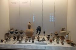 Památky submykénské kultury, převážně z Tiryntu. Přilba je bronzová, zbraně jsou bronzové i železné. Raná doba železná, 1050 až 900 před n. l. Archeologické muzeum v Naupliu. Kredit: Zde, Wikimedia Commons. Licence CC 4.0.