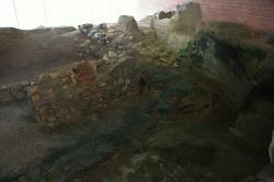 Zbytky osídlení z 10. století před n. l. hned u zbytků mykénského valu, který patřil k sídlu z 13. až 11. století. Areál v podzemí náměstí Grotta na Naxu. Kredit: Zde, Wikimedia Commons. Licence CC 3.0.