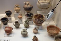 Raně submykénská keramika z Tiryntu a Asine, 1100 až 1025 před n. l. Archeologické muzeum v Naupliu. Kredit: Zde, Wikimedia Commons. Licence CC 4.0.