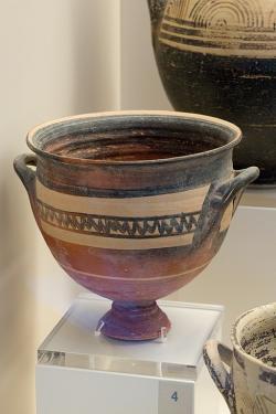 Skyfos na nožičce. Tiryns, 1025 až 900 před n. l. Archeologické muzeum v Naupliu. Kredit: Zde, Wikimedia Commons. Licence CC 4.0.