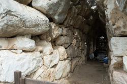 """Tunel v hradbách s vyhlídkami, tzv. """"galerie"""". Tiryns, asi 14. století před n. l. Kredit: Zde, Wikimedia Commons. Licence CC 4.0."""