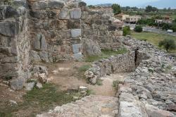 Okolí bočního vchodu do pevnosti v Tiryntu, tzv. Západní brány. Kredit: Zde, Wikimedia Commons. Licence CC 4.0.