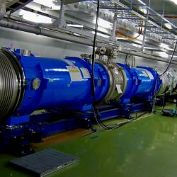 Supravodivé magnety 50GeV synchrotronu J-PARC. Kredit: Patrick Dep / Wikimedia Commons.