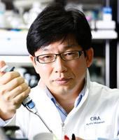"""Jun Takahashi, další z japonských """"velikánů"""" v oboru indukovaných kmenových buněk. Psali jsme o něm v souvislosti s nadějnou léčbou Parkinsonovy choroby. Ta se již dostala do fáze klinických testů. Podrobnosti zde.  Kredit: Kyoto University."""
