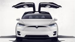 Tesla Model X. Z nuly na stovkou za něco málo přes tři sekundy. Na to, že jde o SUV, to je start přímo raketový.