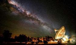 """Radioteleskop Parkes výrazně ožije. Příštích deset let bude """"poslouchat"""" a hledat projevy vyspělé civilizace.  Kredit: Wayne England"""