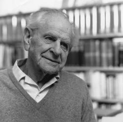 Karl Popper roku 1990. Kredit: Wikimedia Commons.